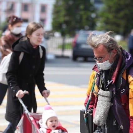 Не спешите снимать: вакцинировавшимся от коронавируса придется продолжать носить маски
