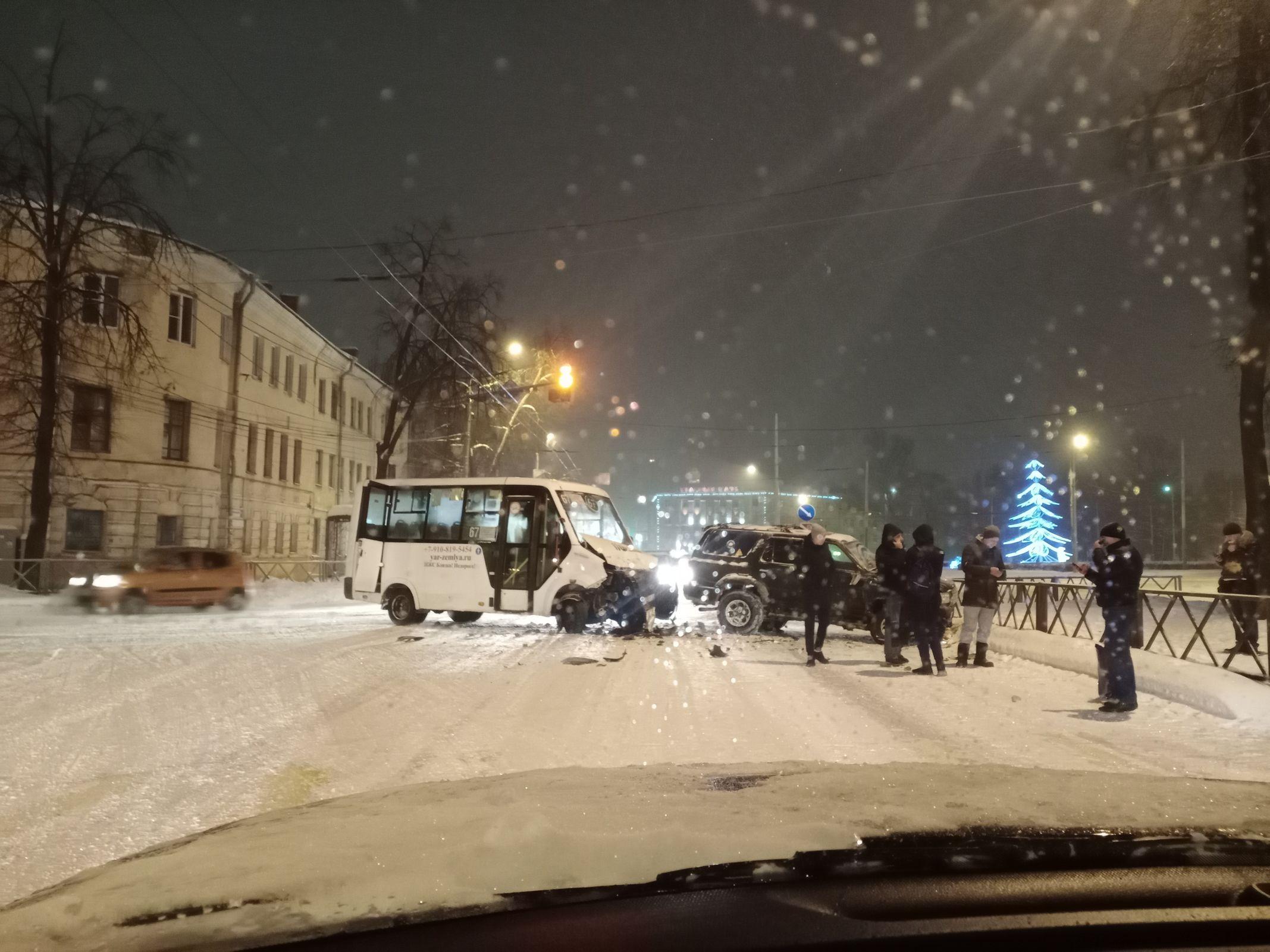 Три человека пострадали в ДТП с участием маршрутки в Ярославле
