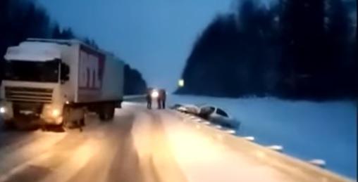 Под Ярославлем фура насмерть сбила мужчину на трассе