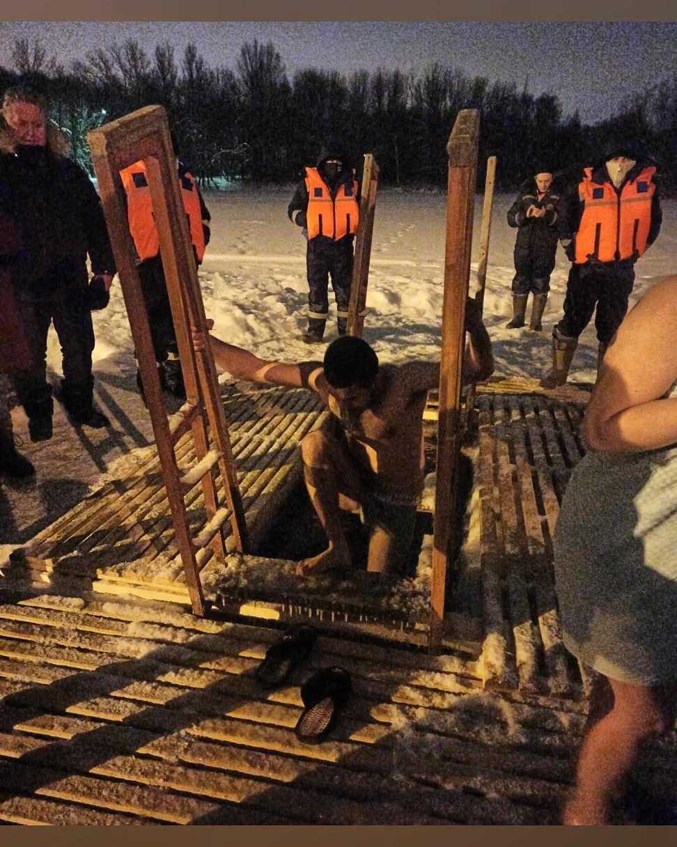 На эти фотографии даже смотреть холодно: как проходят крещенские купания в Ярославле и области