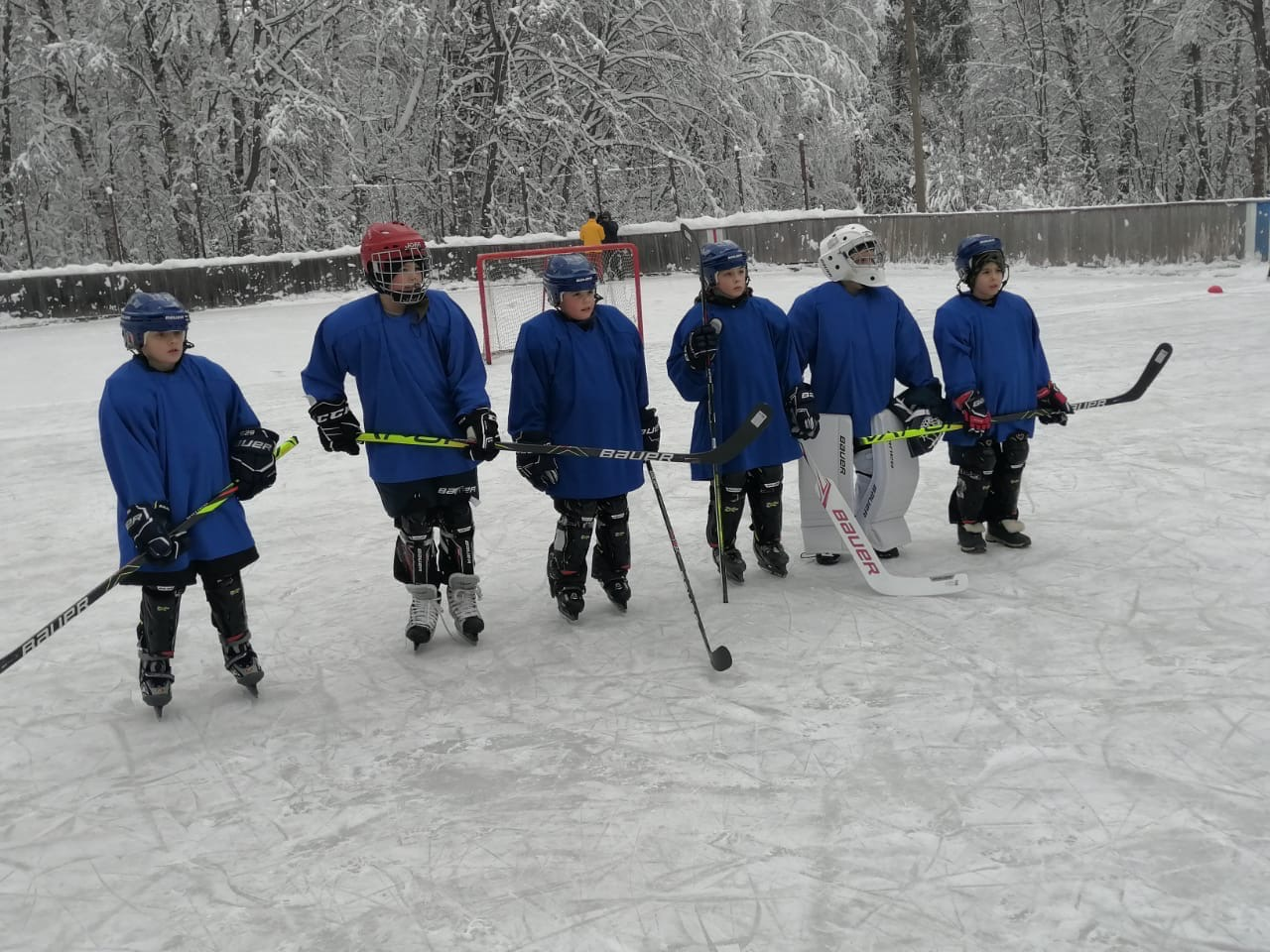 Учащиеся школы поселка Борок получили в подарок от Дмитрия Миронова комплекты настоящей хоккейной экипировки