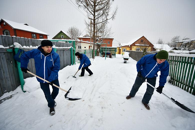 Волонтеры продолжают убирать снег у частных домов пожилых ярославцев