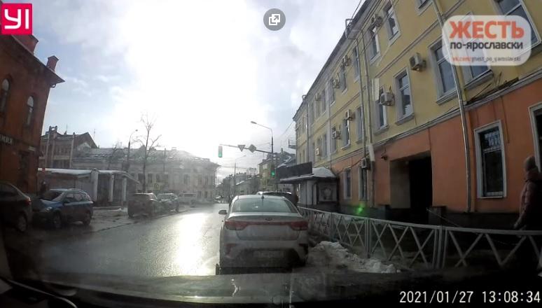По Сети распространилось видео, как в центре Ярославля снежные глыбы с крыши рухнули на тротуар рядом с прохожими
