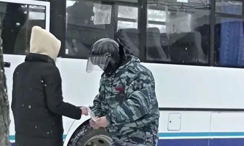 В Ярославле сотрудник Росгвардии оказал первую помощь участнице несанкционированного митинга