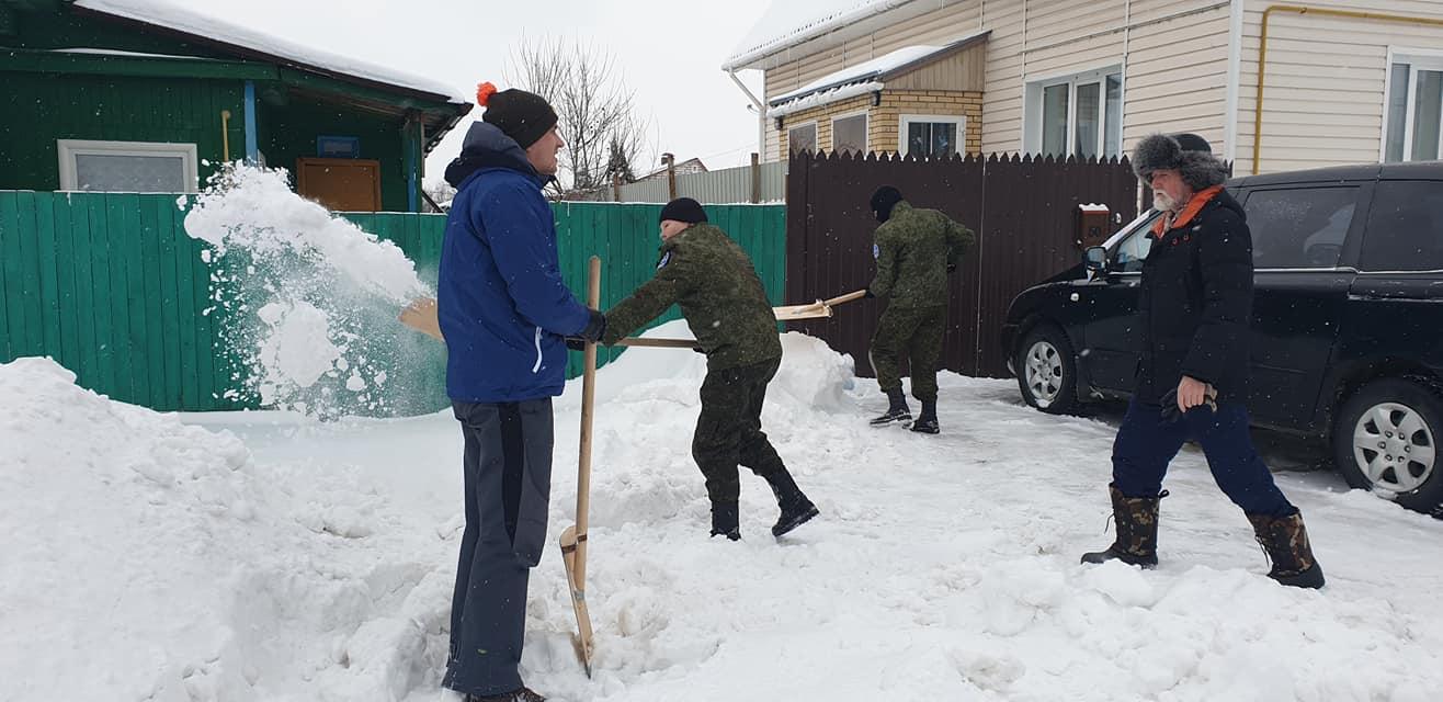 Ярославские волонтеры расчищают участки у домов ветеранов от завалов снега