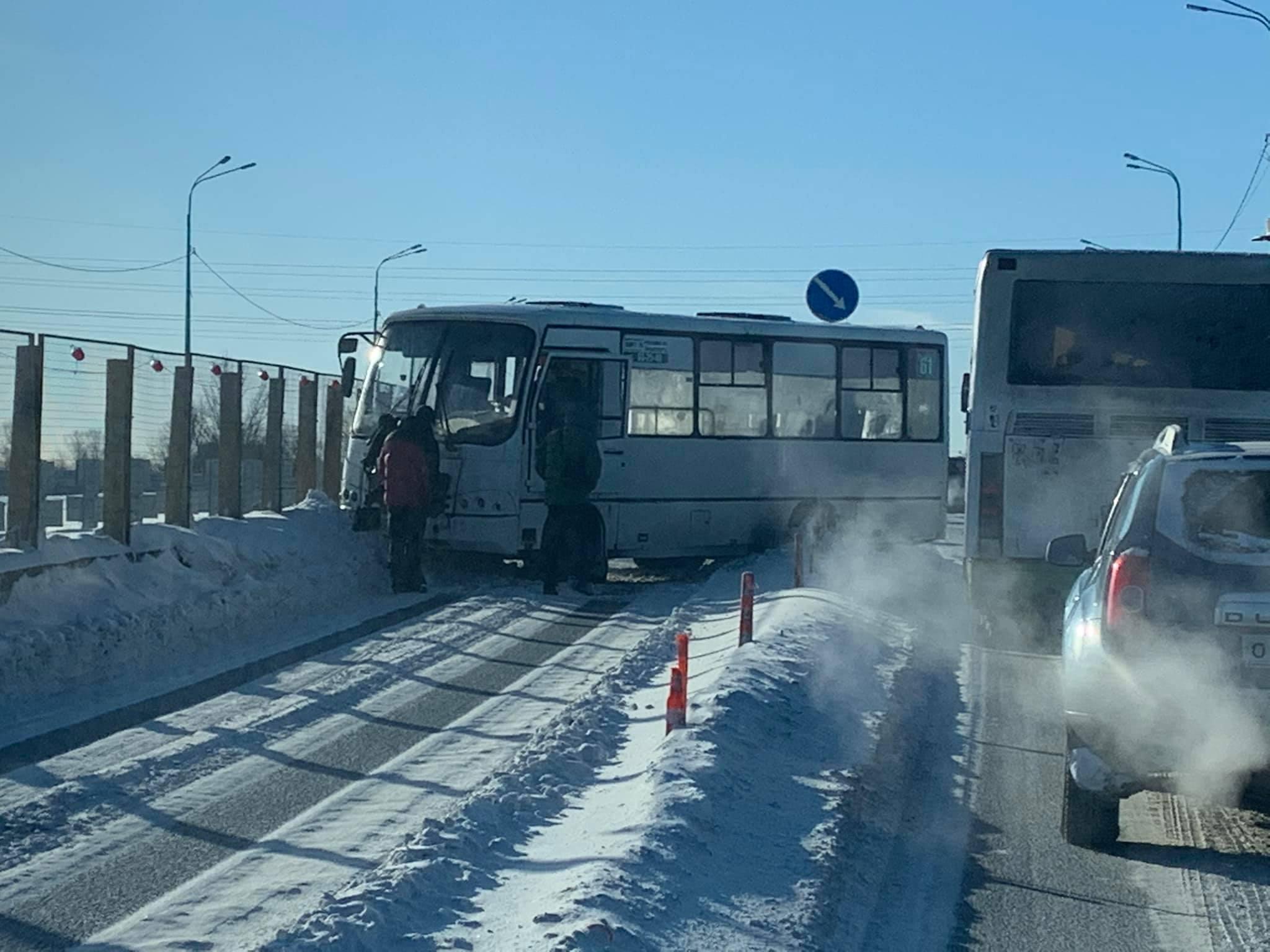 В Ярославле на Добрынинском мосту маршрутку развернуло поперек дороги