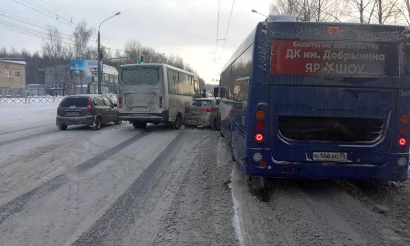 ДТП с участием двух легковушек, маршрутки и автобуса остановило движение из Дзержинского района