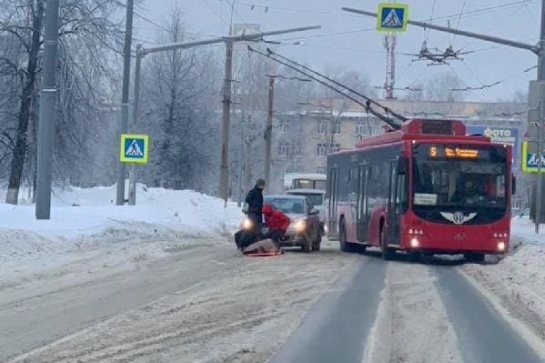 На улице Гагарина иномарка на пешеходном переходе сбила девушку