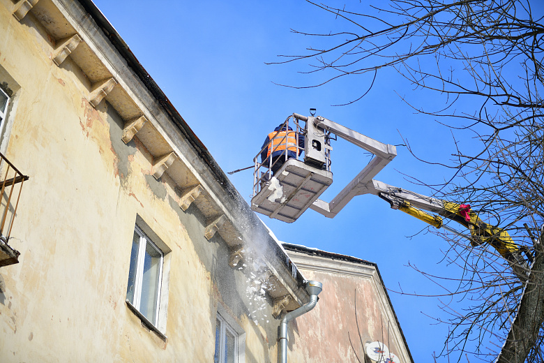 В Ярославле коммунальщики активно занимаются очисткой крыш от снега и льда
