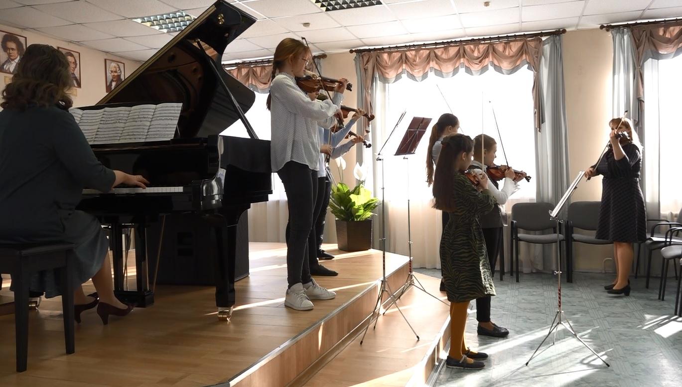 Богатый подарок на полувековой юбилей: ученики и преподаватели ярославской школы искусств опробовали новые музыкальные инструменты