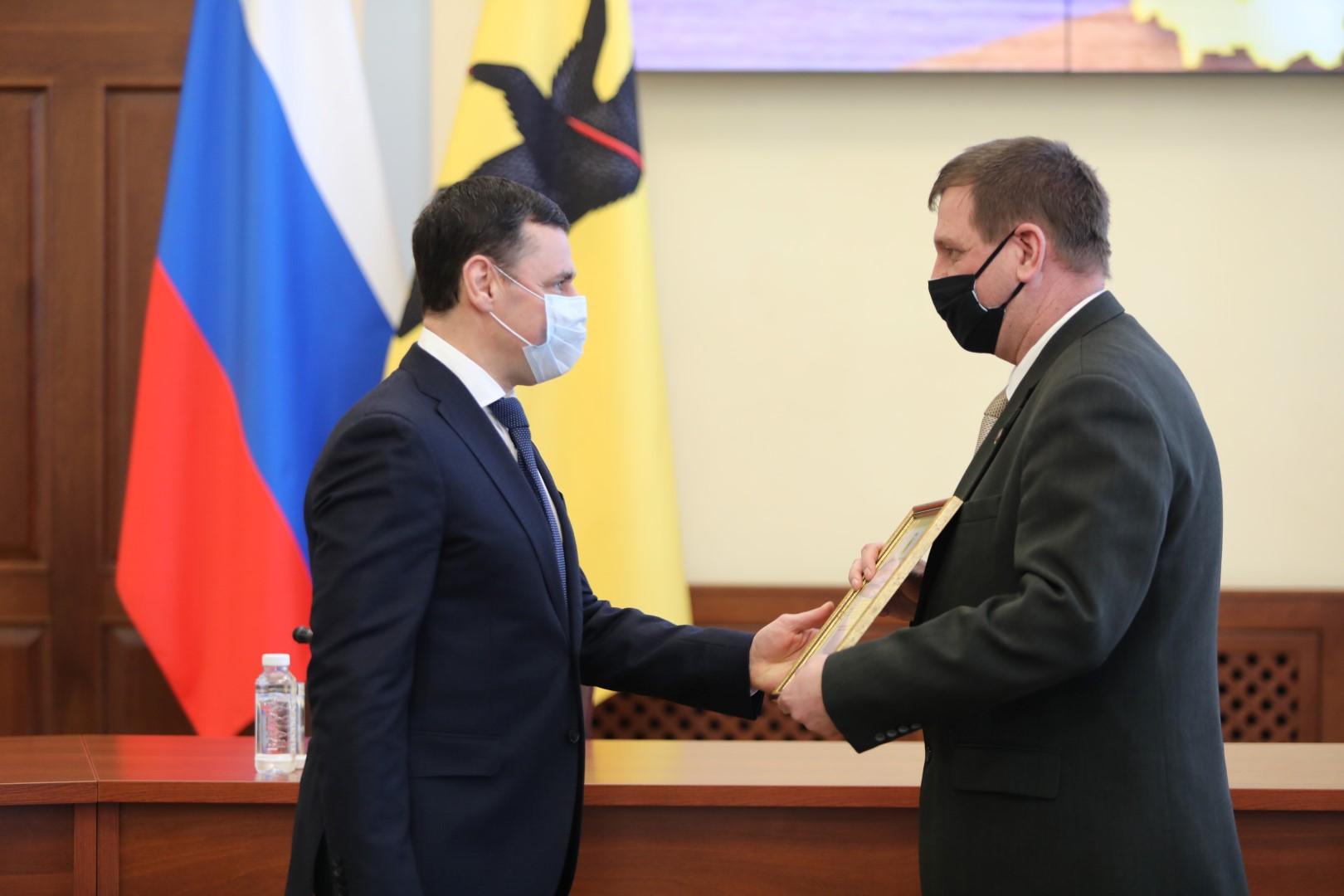 В преддверии Дня защитника Отечества Дмитрий Миронов наградил военнослужащих