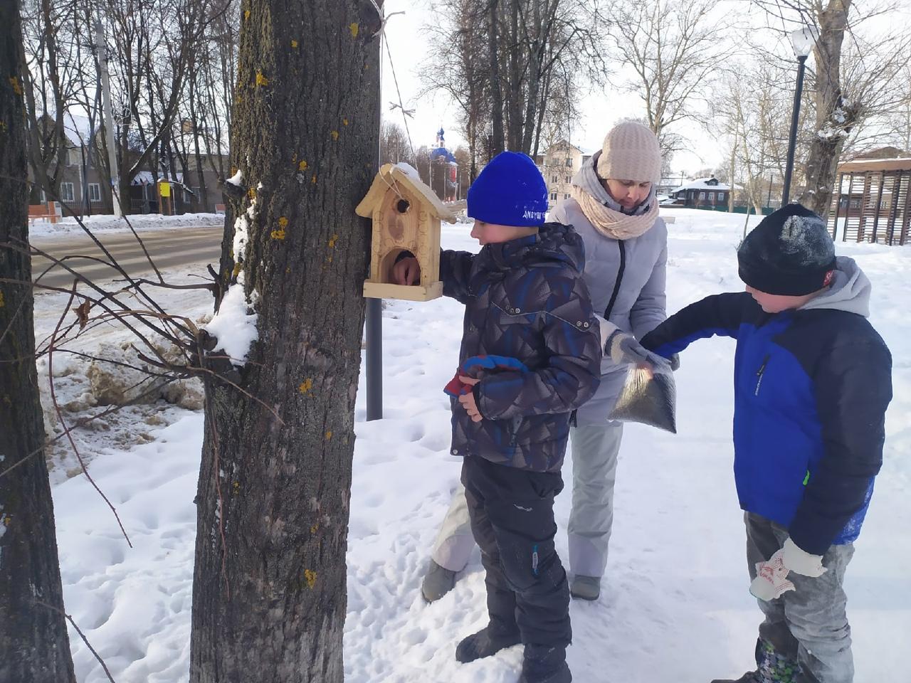 В Ярославской области участники экологической акции развесили более пяти тысяч кормушек