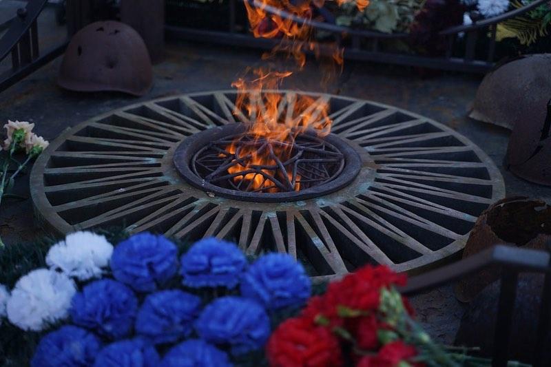 В День защитника Отечества депутаты областной Думы возложили цветы к Вечному огню