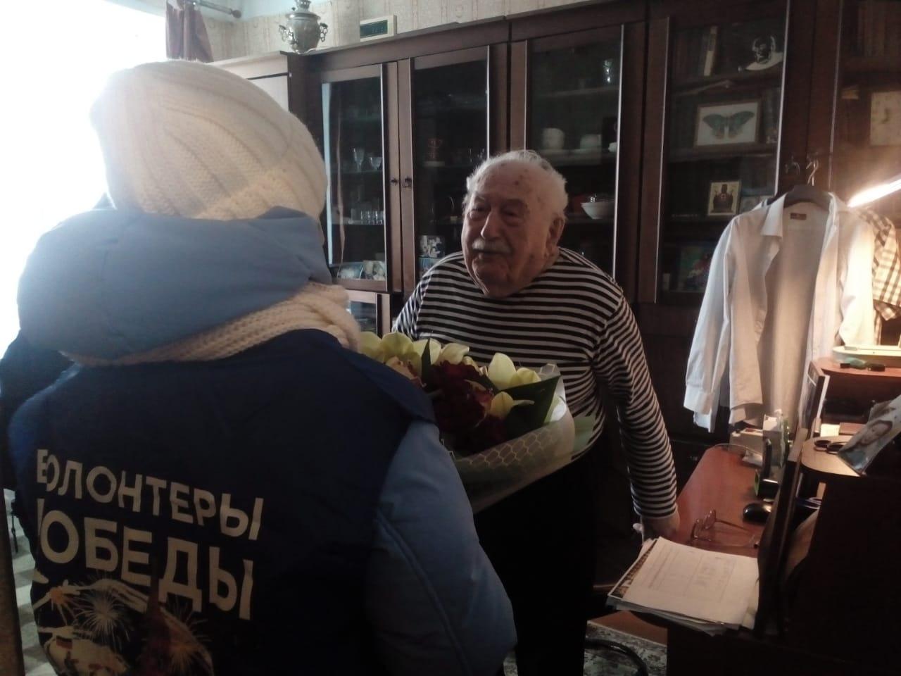 «Одна бабушка испытала такое, что сейчас в это трудно поверить»: ярославские волонтеры разносят «Письма Победы»