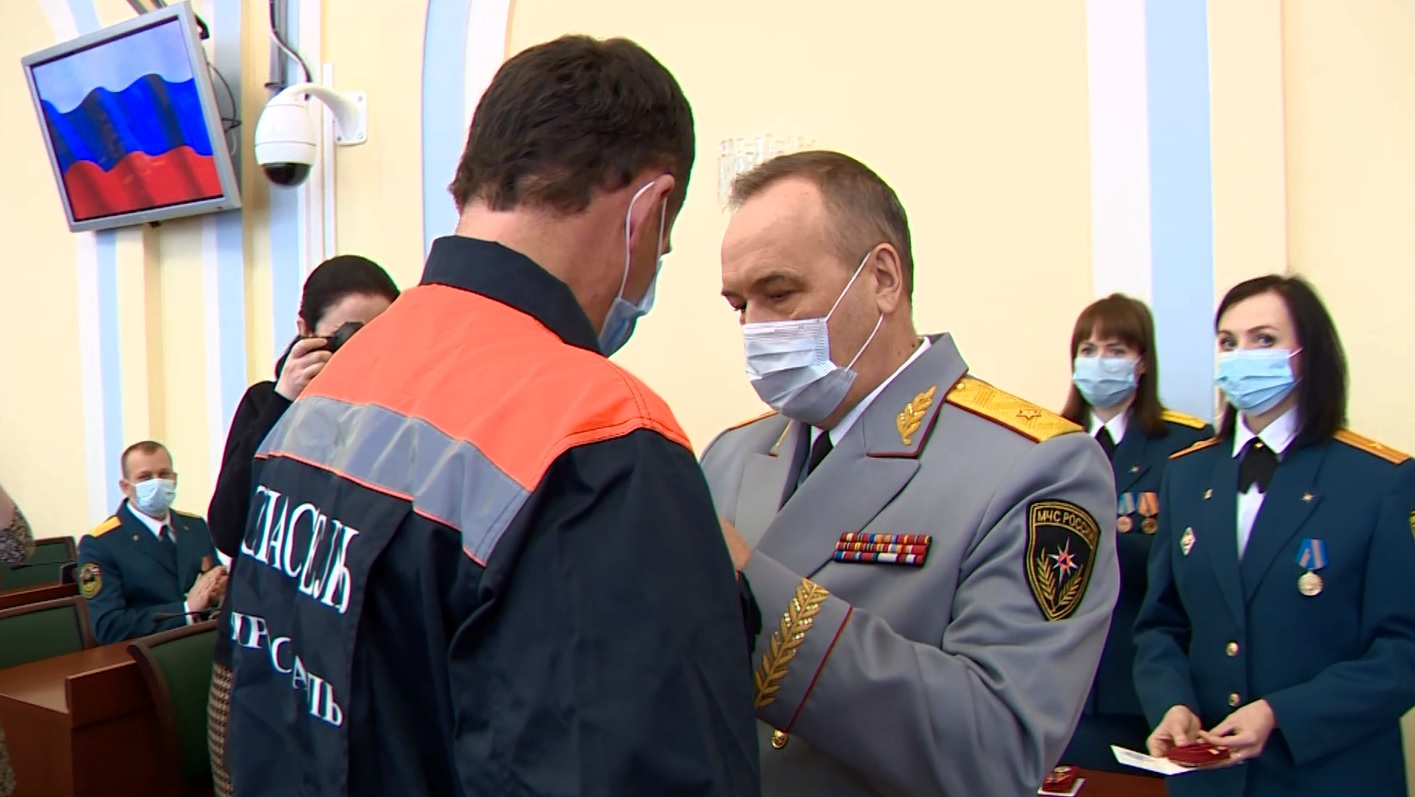 В Ярославле наградили спасателей, которые разбирали завалы и работали с людьми после взрыва дома на Батова