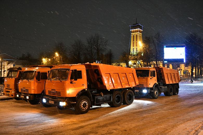 Дорожная техника и рабочие убирают улицы Ярославля от снега в круглосуточном режиме