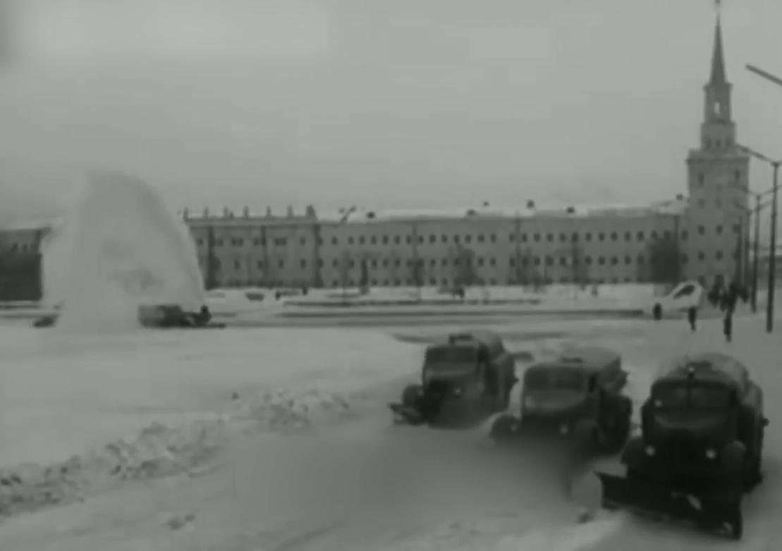 Вспоминаем советскую уборку города от снега и учимся контраварийному вождению: как Ярославль переживал очередной снегопад