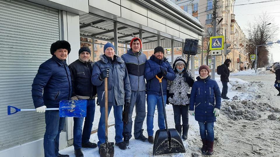 Волонтеры и депутаты очистили тротуары и остановки на улице Свободы от снега и льда