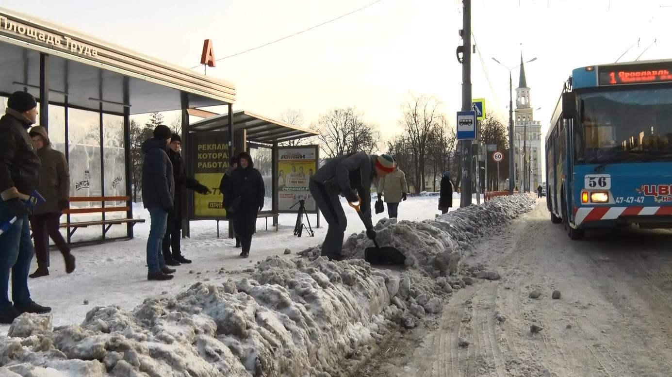 Взялись за лопаты: в Ярославле депутаты разгребали от снега центр города