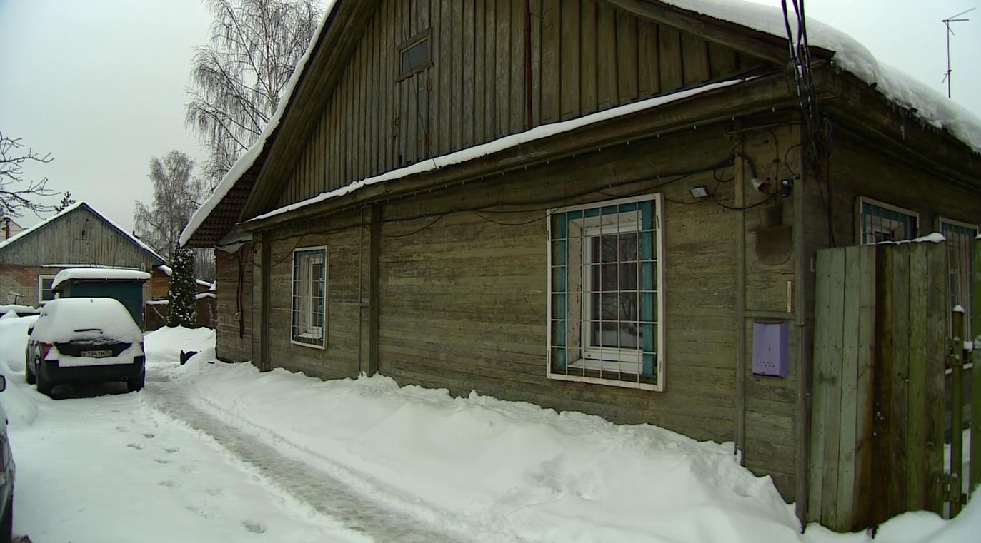 Без санузла и с тазиком вместо душа: ярославцы выживают в доме, «угрожающем жизни»