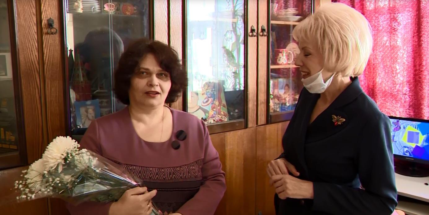 «На таких держится русская наша земля»: многодетную маму-одиночку с наступающим 8 марта поздравила депутат Лариса Ушакова