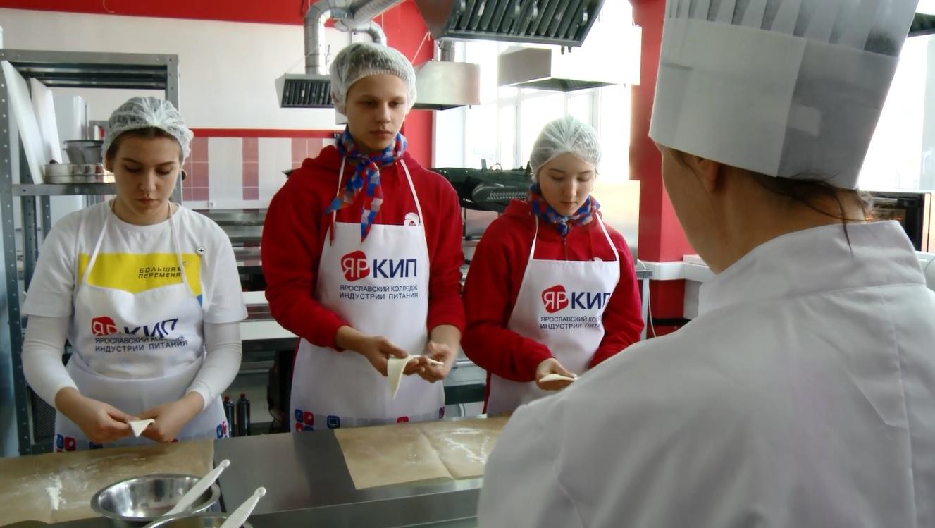 В Ярославском колледже индустрии питания школьники примерили на себя несколько профессий