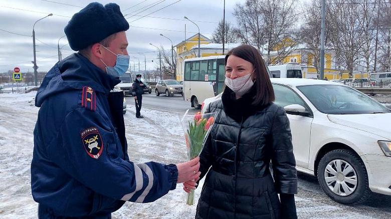 В Ярославле сотрудники ГИБДД останавливали автоледи и дарили им цветы