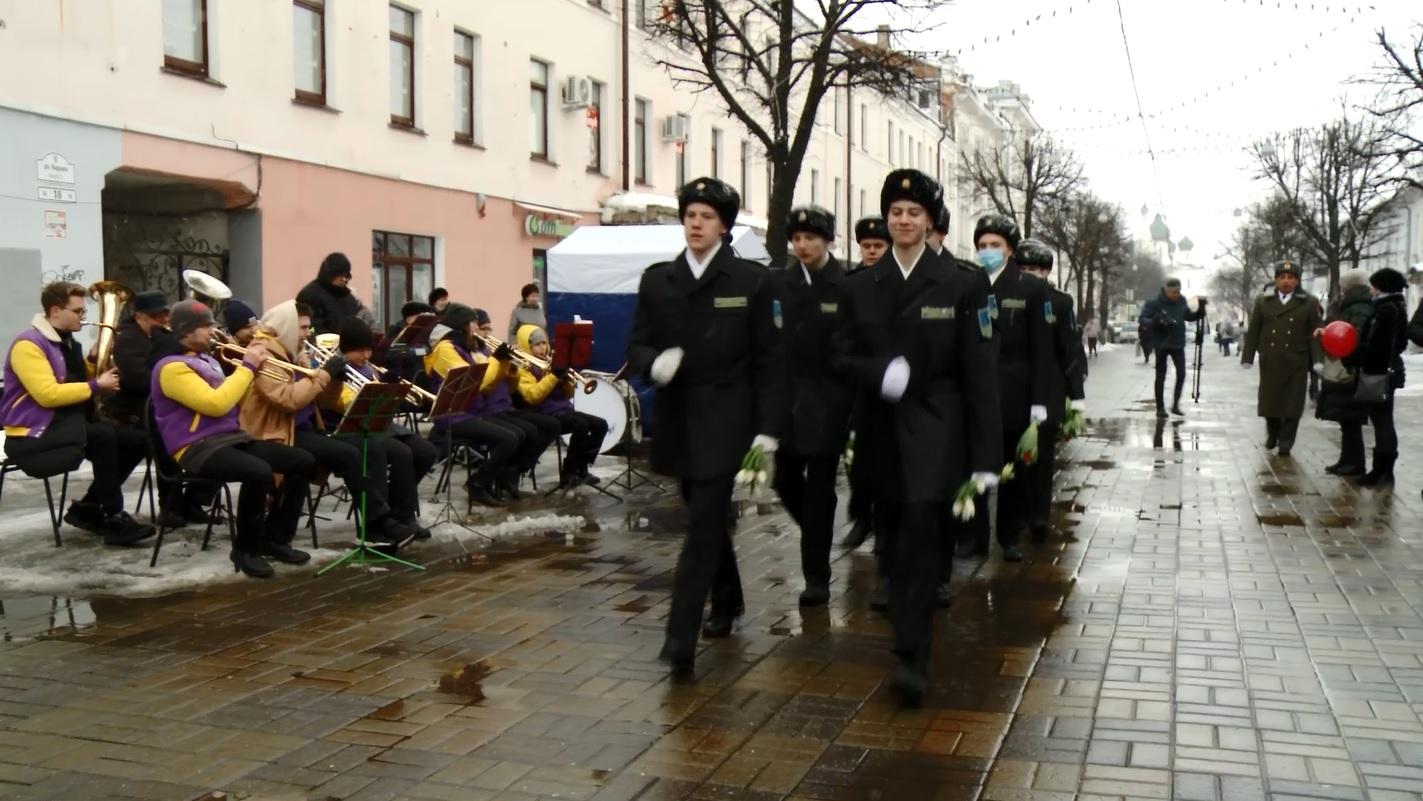 На главной пешеходной улице Ярославля девушкам дарили цветы