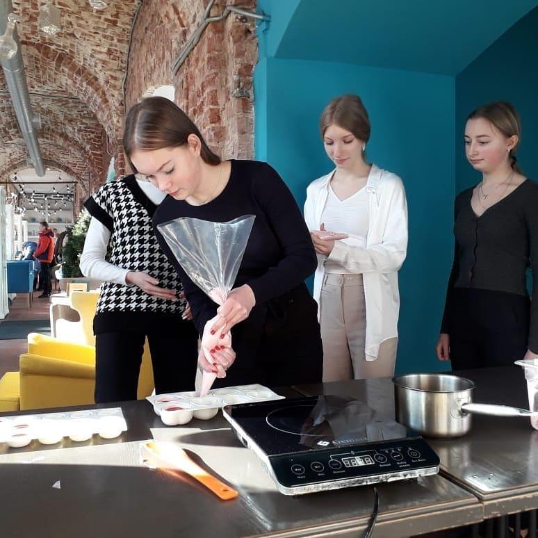 Исполнили песни и приготовили пиццу: ярославцы активно поддержали флешмобы к 8 марта