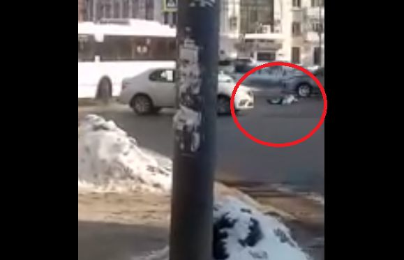В центре Ярославля женщина легла посреди оживленного перекрестка