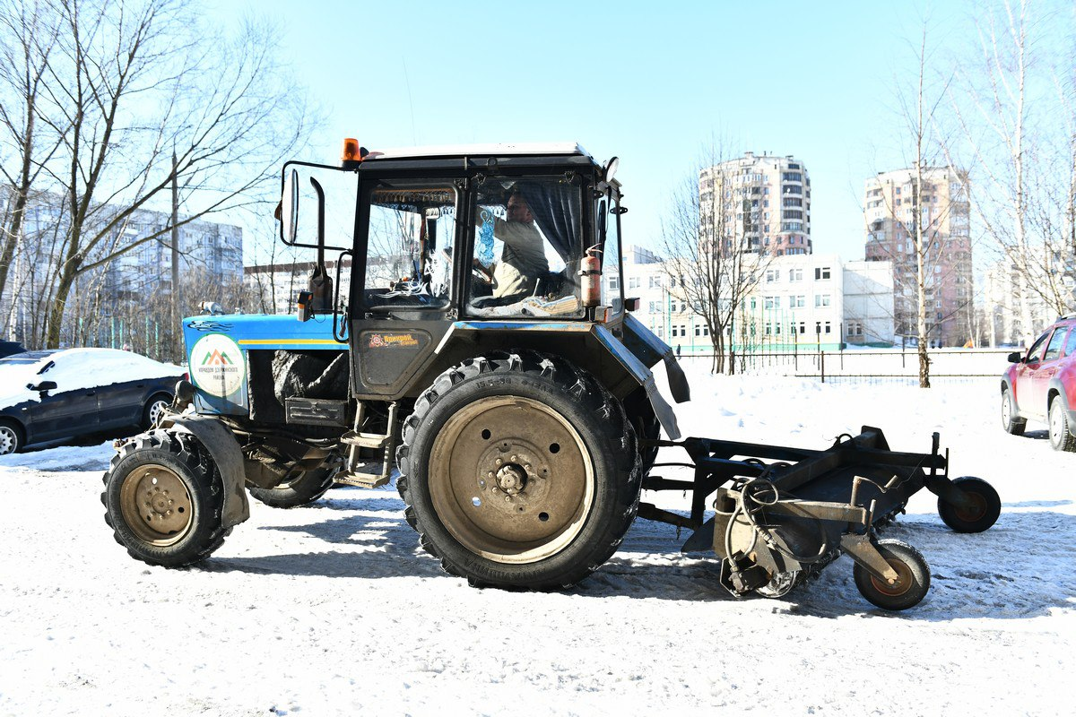 Дороги от наледи в Дзержинском районе Ярославля очищают с помощью ледорубов