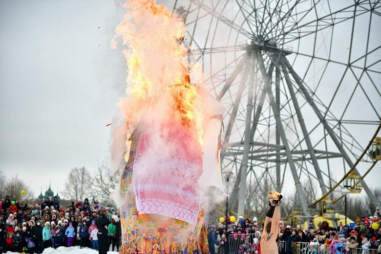 В центре Ярославля сожгли чучело Масленицы
