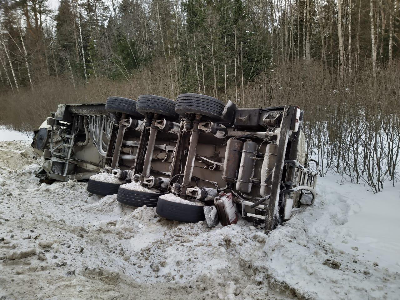 На трассе в Ярославской области опрокинулся большегруз