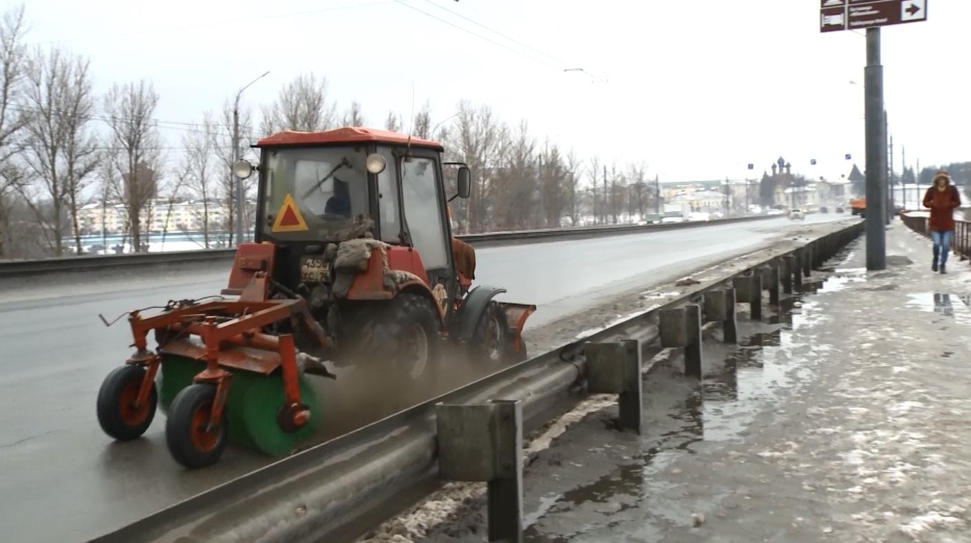 В Ярославле активно чистят от засоров ливневые колодцы