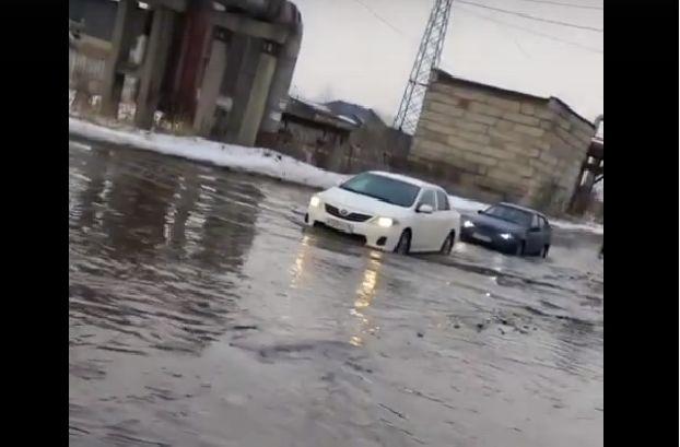 Затопленная улица и упавший на машины снег: весна преподнесла неприятные сюрпризы для автовладельцев