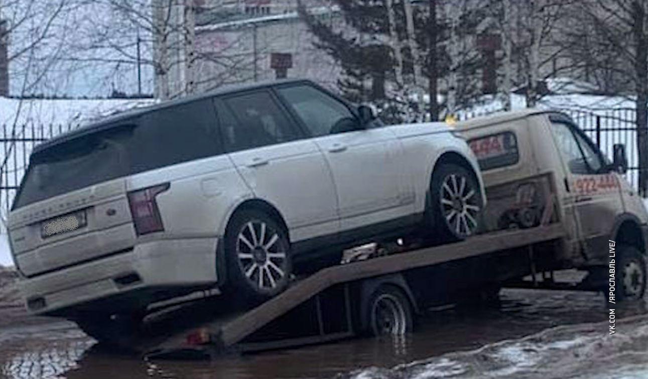 На заволжских улицах тонут машины: под воду ушел эвакуатор