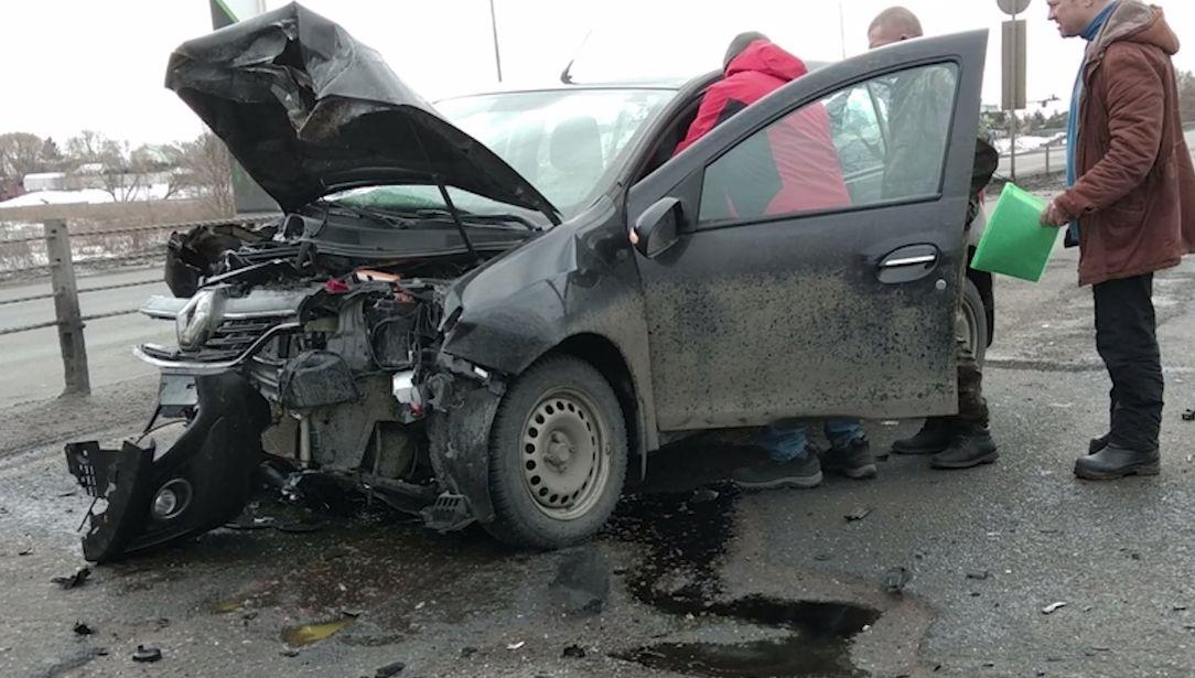 Два водителя пострадали при столкновении иномарок на окружной дороге в Ярославле