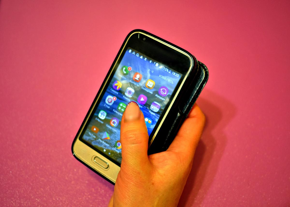 В департаменте образования рассказали, можно ли пользоваться телефонами в школах