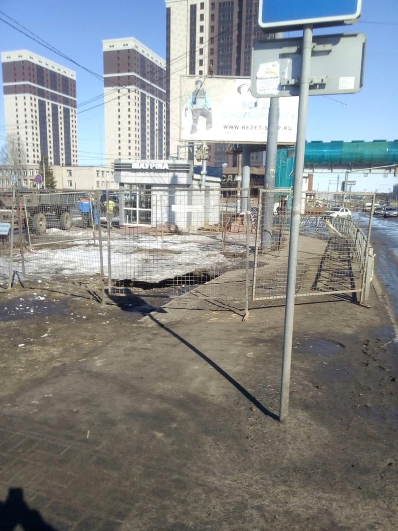 У автовокзала в Ярославле провалился асфальт: после сообщений в соцсетях на место выехали специалисты