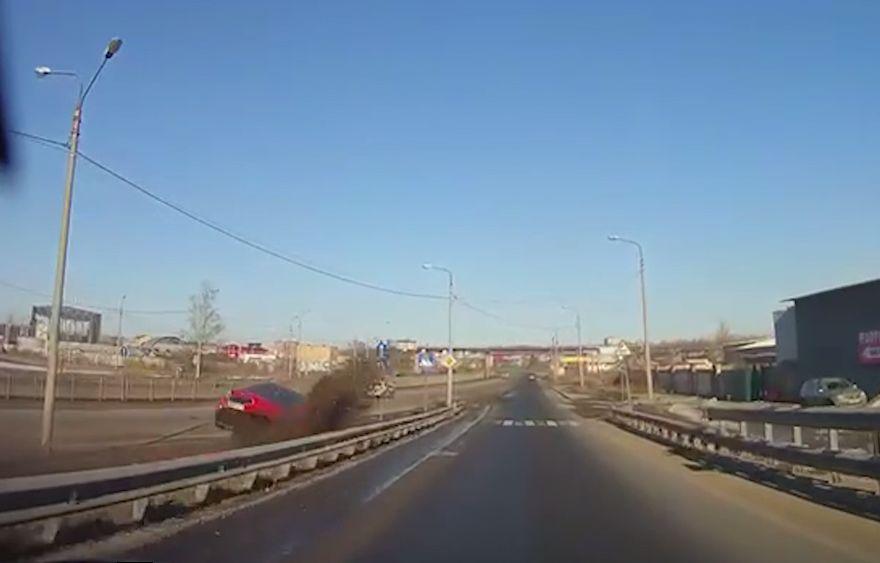 «Форсаж по-ярославски»: в сети появилось видео, как легковушка вылетела на встречку и перевернулась