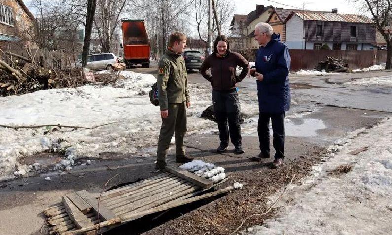 Общественники просят мэрию Ярославля устранить опасную яму в Дзержинском районе