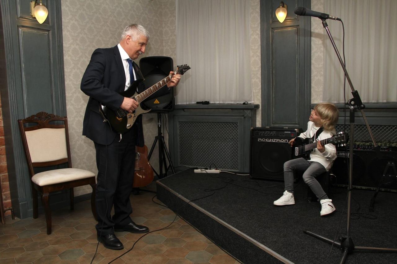 Участник шоу «Голос. Дети» сыграл на гитаре вместе с мэром Рыбинска