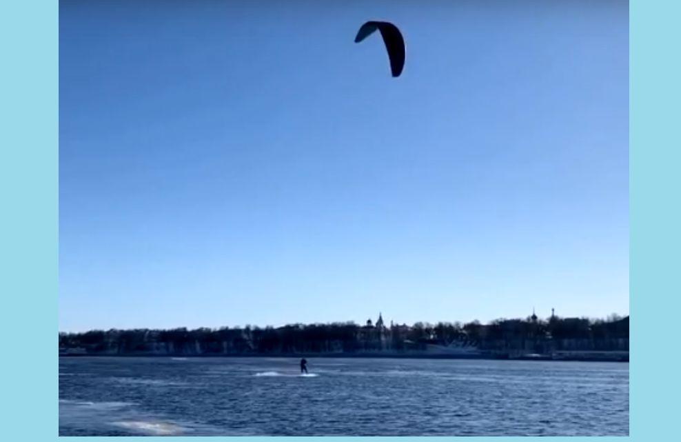 В Ярославле любители кайтинга открыли сезон на Волге: видео