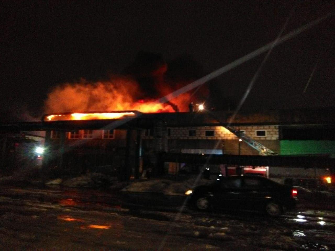 Мобильная лаборатория проверила воздух у сгоревших цехов в Рыбинске