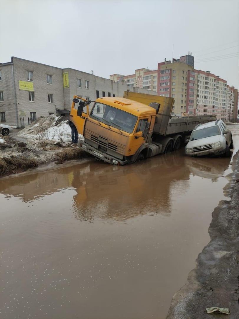 В глубокой луже за Волгой в Ярославле застряли грузовик и внедорожник