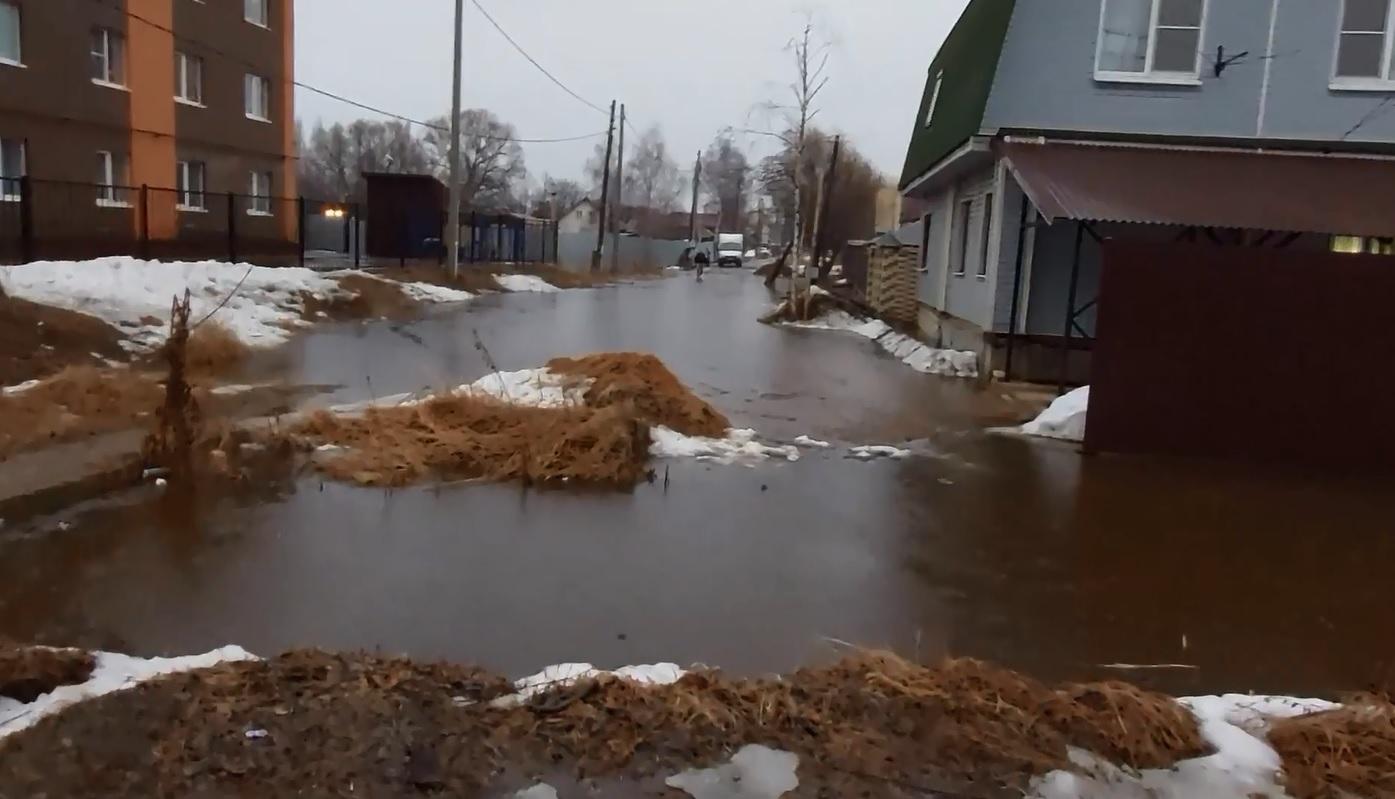 В Красноперекопском районе Ярославля под воду ушли улицы и участки людей