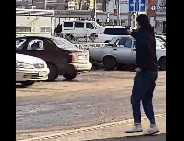 У торгового центра Ярославле бегал парень с пистолетом