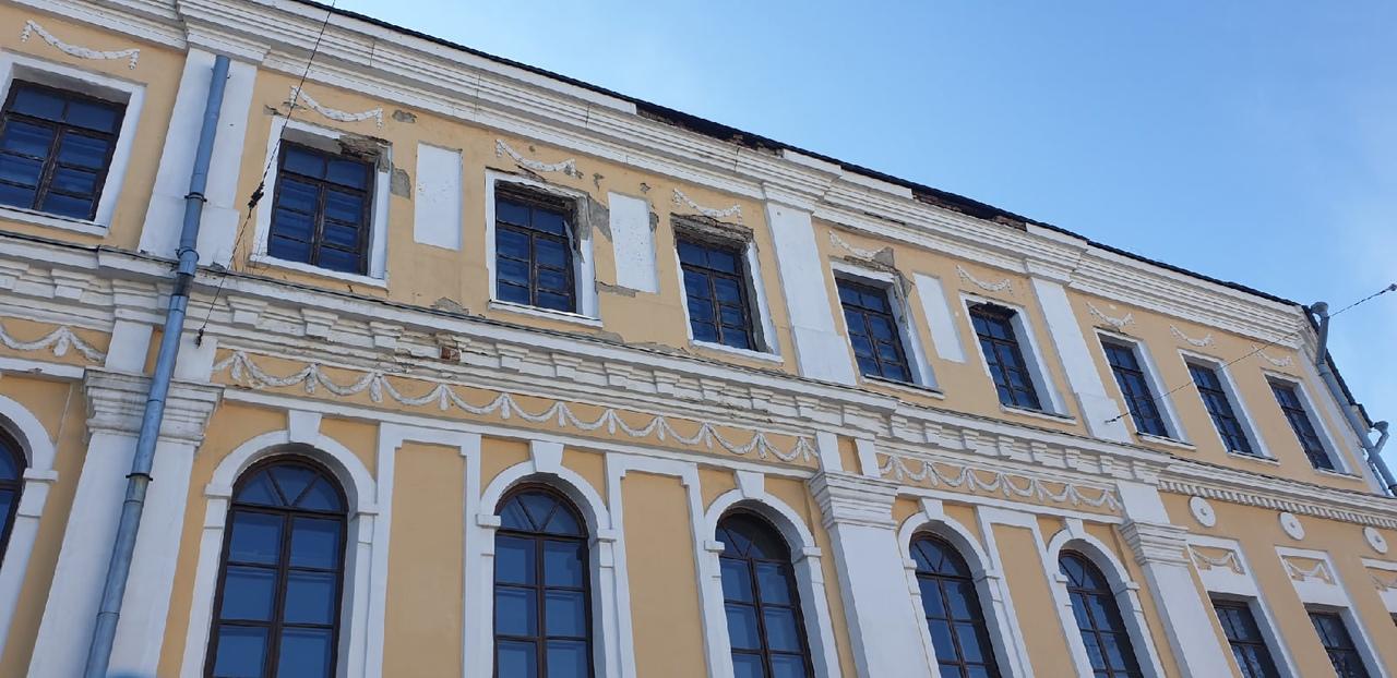 В центре Ярославля кирпичи с фасада здания упали на тротуар: что ответили власти