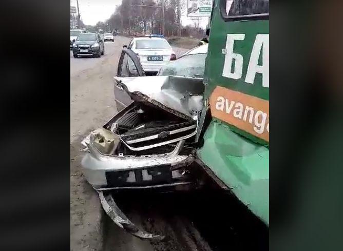 В Ярославле иномарка влетела под троллейбус: двое пострадавших