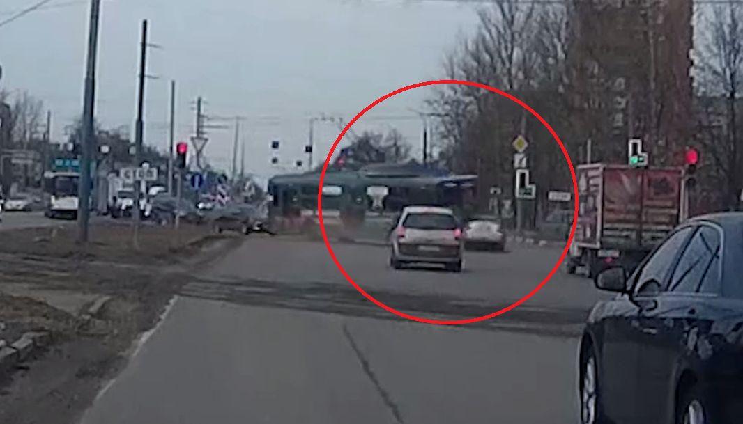 Заложил крутой вираж: в сети появилось видео момента столкновения иномарки с троллейбусом в Ярославле